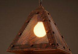 Lampa sufitowa w ksztalcie trojkata, zardzewiala, industrialna - 1